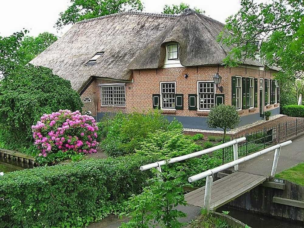 Filled with peace, Giethoorn lives its own unhurried life.
