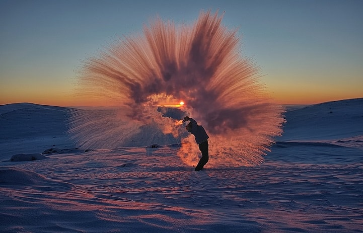 Pouring hot tea at -40°C
