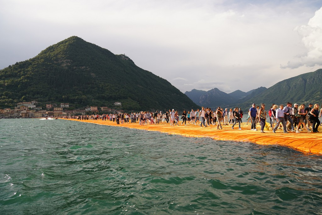 People visiting The Floating Piers, Lake Iseo, Italy. Photo Wolfgang Volz 6